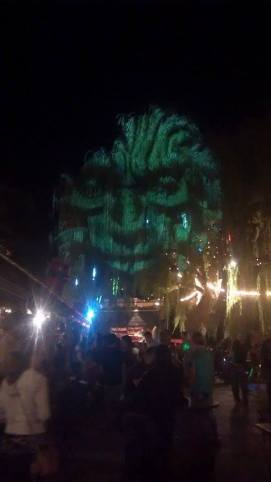 The face they used to project onto the tree in the middle of la guinguette.